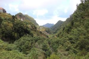 På små slingriga vägar högt uppe i bergen.