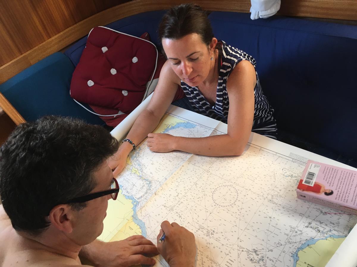 Patricia och Carlos plottar in vår rutt på sjökortet.