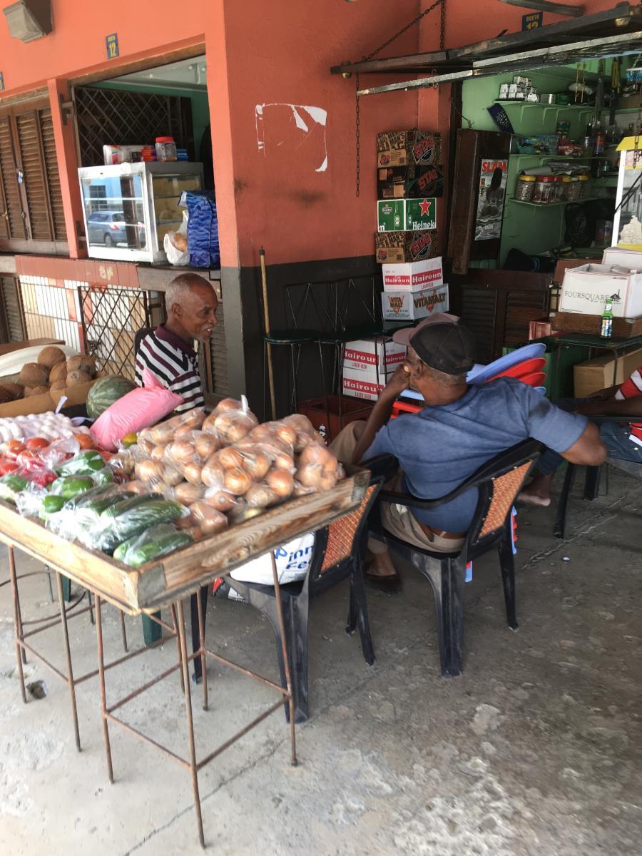 Grönsaksförsäljare utanför bussterminalen i Bridgetown.