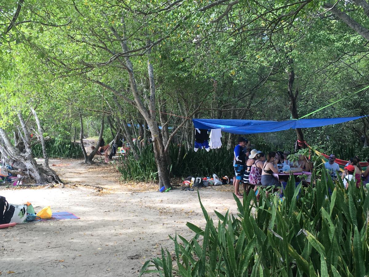 Martiniquer på söndagshäng med grillning på stranden.