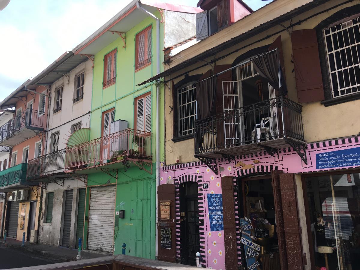 Hus som skvallrar om en svunnen tid i Port de France.