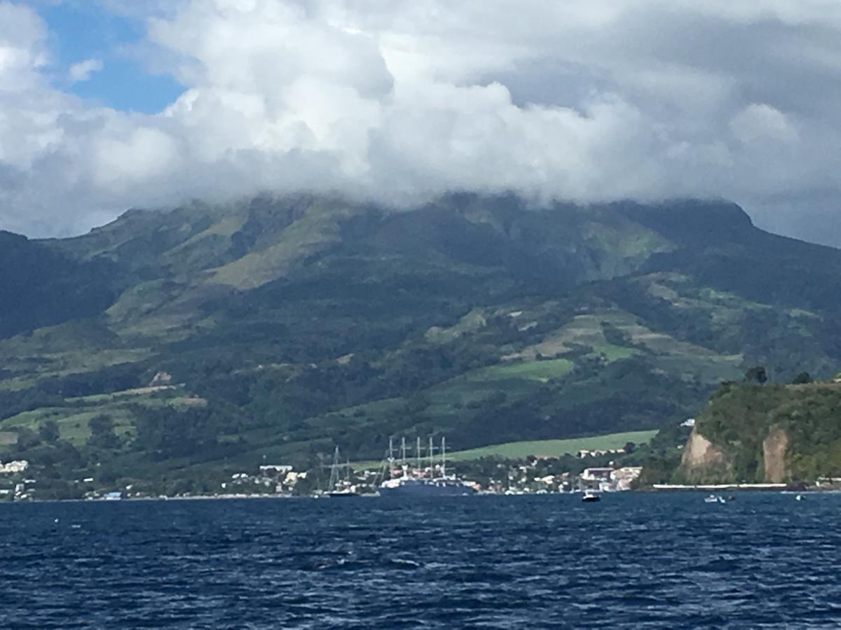Vi närmar oss St Pierre på den nordliga delen av Martinique.