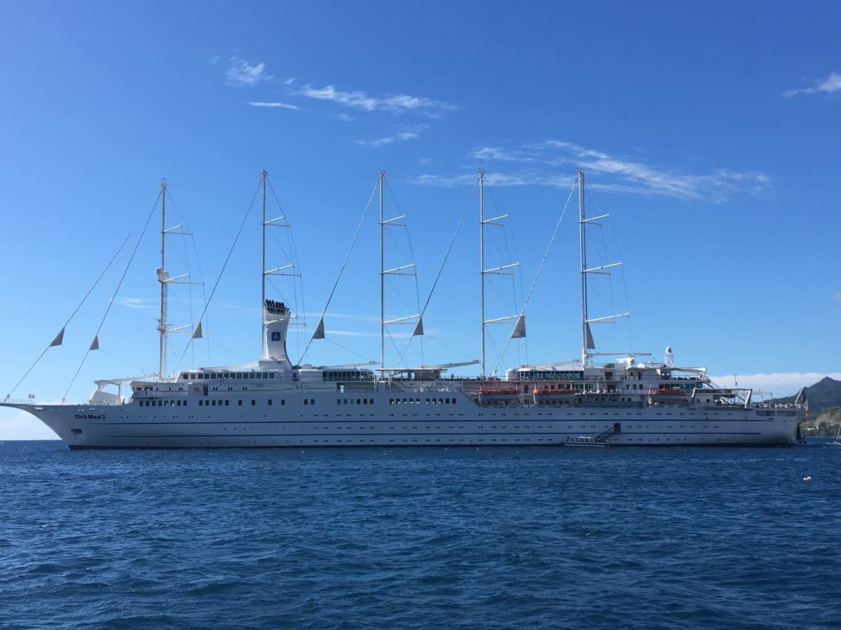 Liksom detta kryssningsfartyg i seglarmodell som också låg i St Pierre.