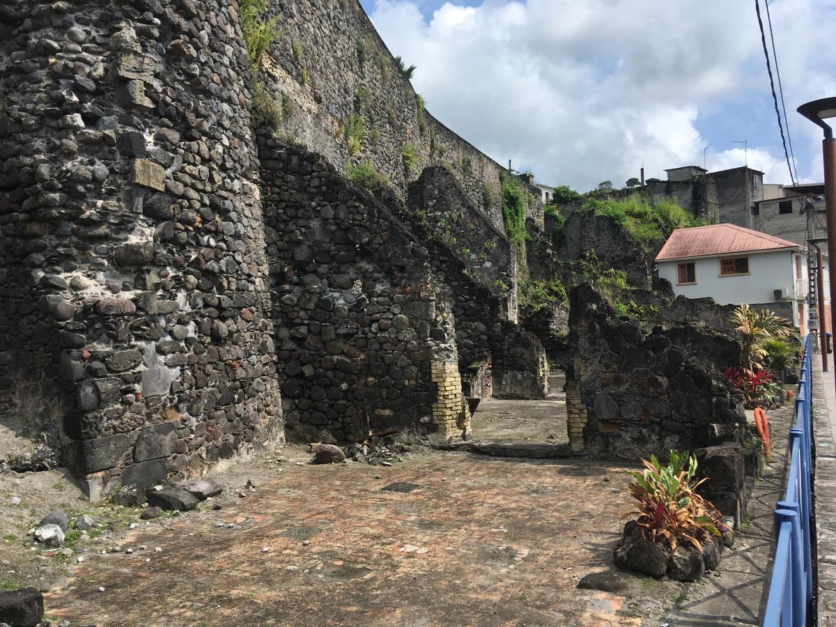 Rester från helt kvarter som utplånades vid vulkanutbrottet.