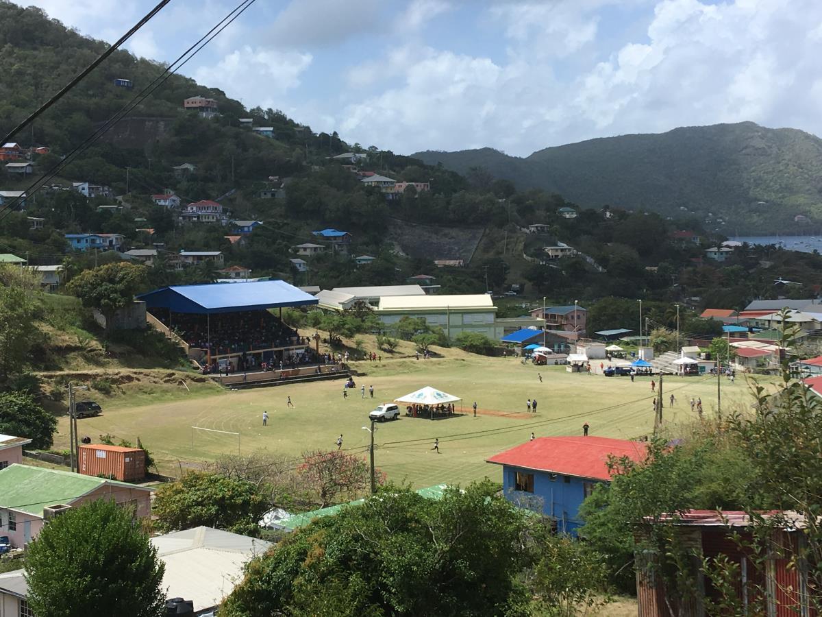 Skoltävlingar på idrottsparken på Bequia.