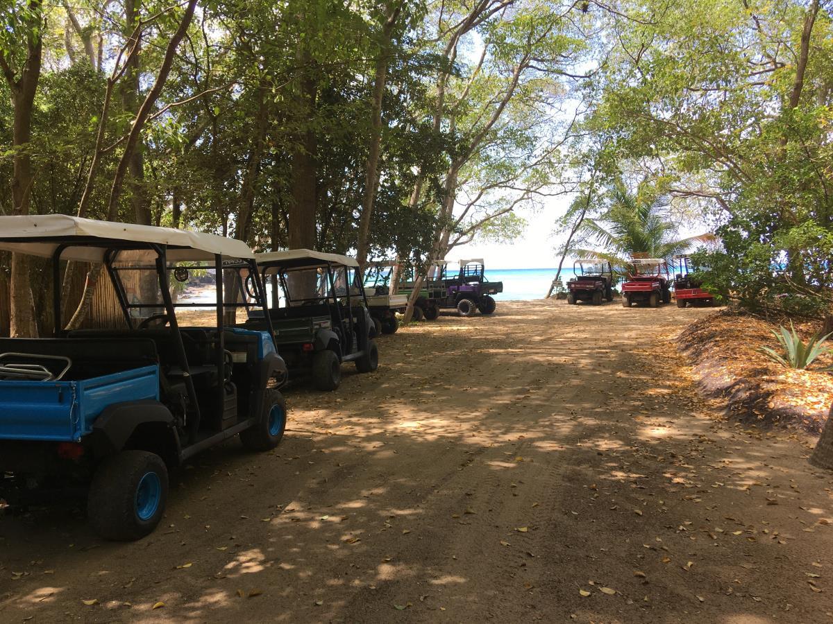 Golfbilsparkering på Mustique.