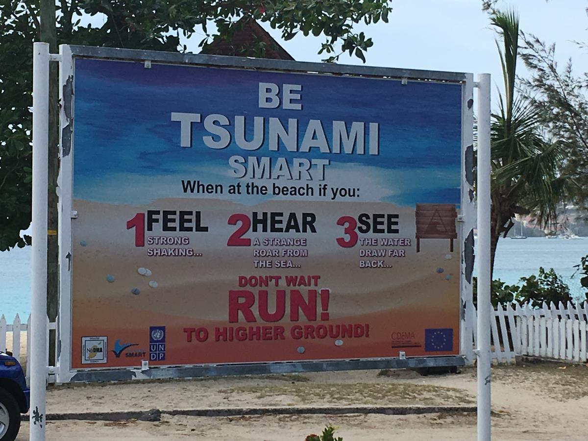 Informationsskylt på stranden på Grenada.