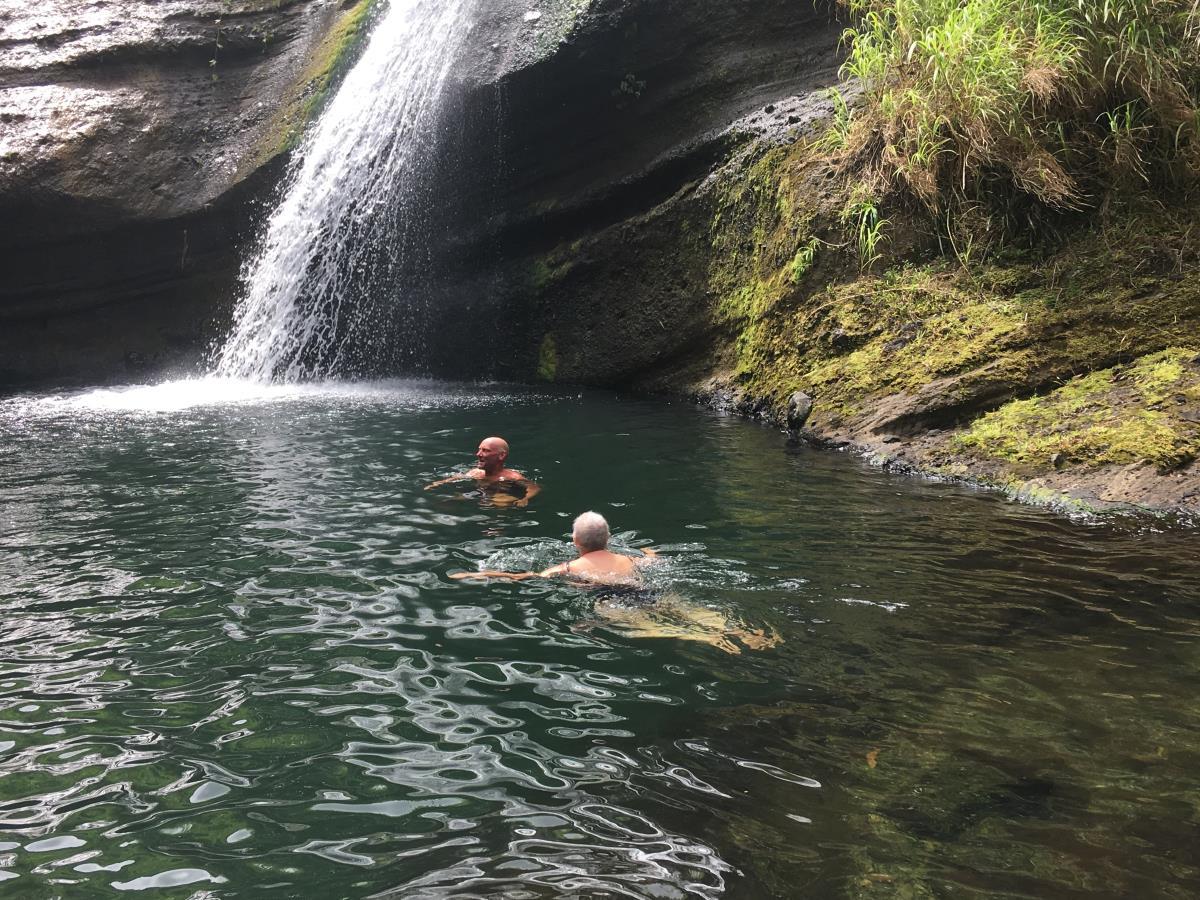 Mads och Mette badar i Concord vattenfall.