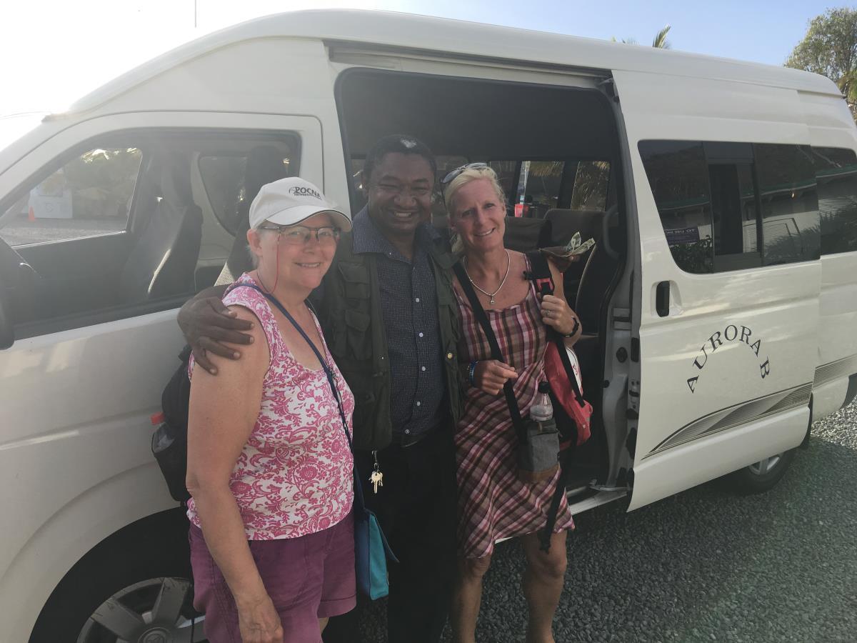Mette och Lotta med vår guide och chaufför.