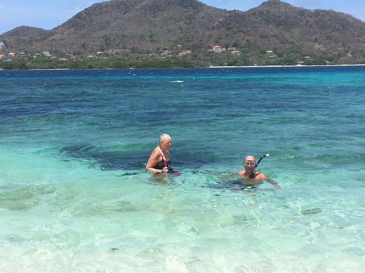 Mette och Mads snorklar på Sandy Island, Carriacou.