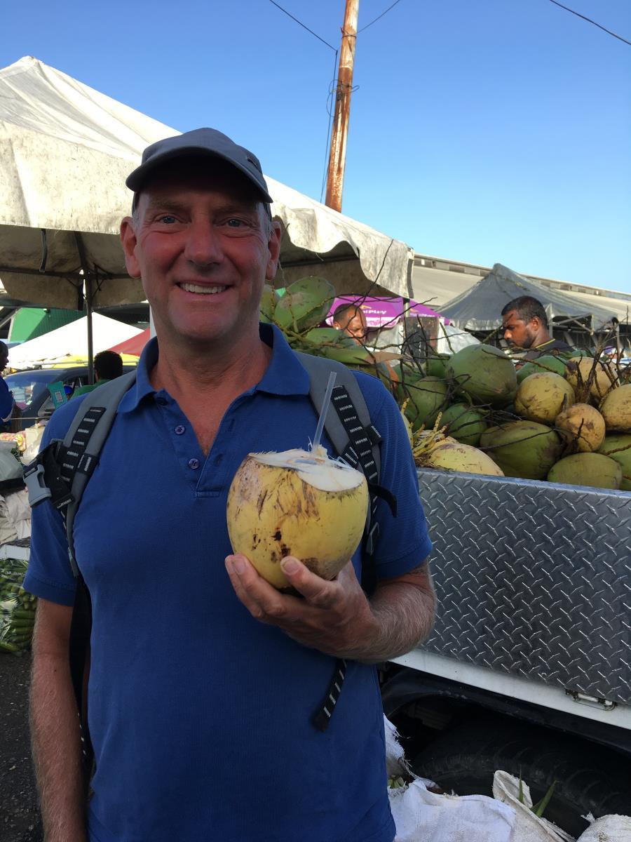Läskande med kokosmjölk från en färsk kokosnöt.