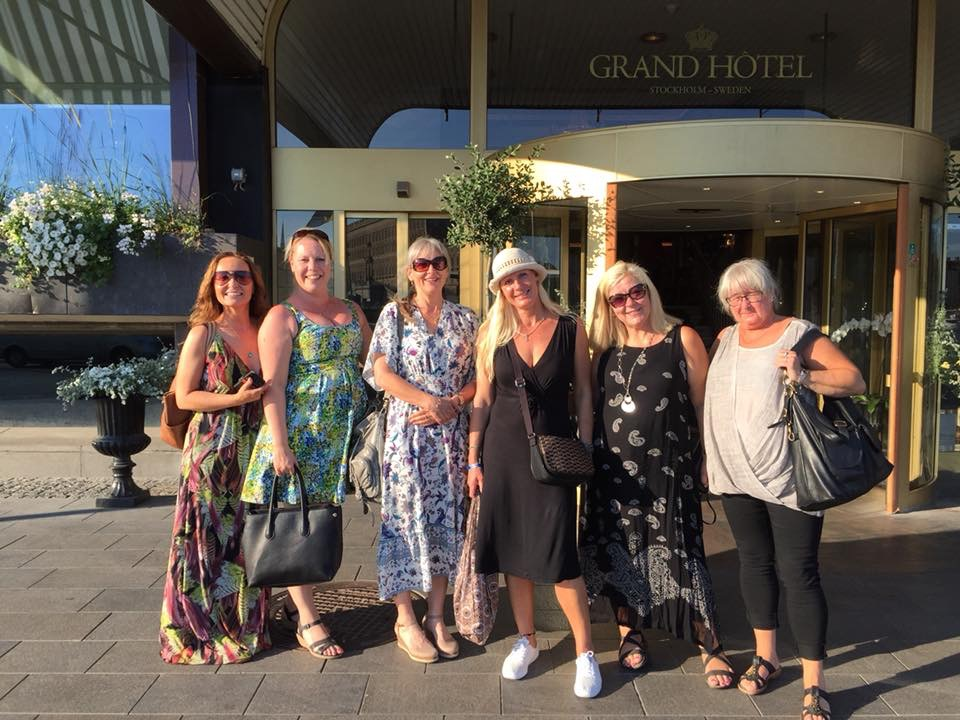 Utanför Grand Hotel med Lottas pokertjejer som firar 2 födelsedagar med Afternoon tea.