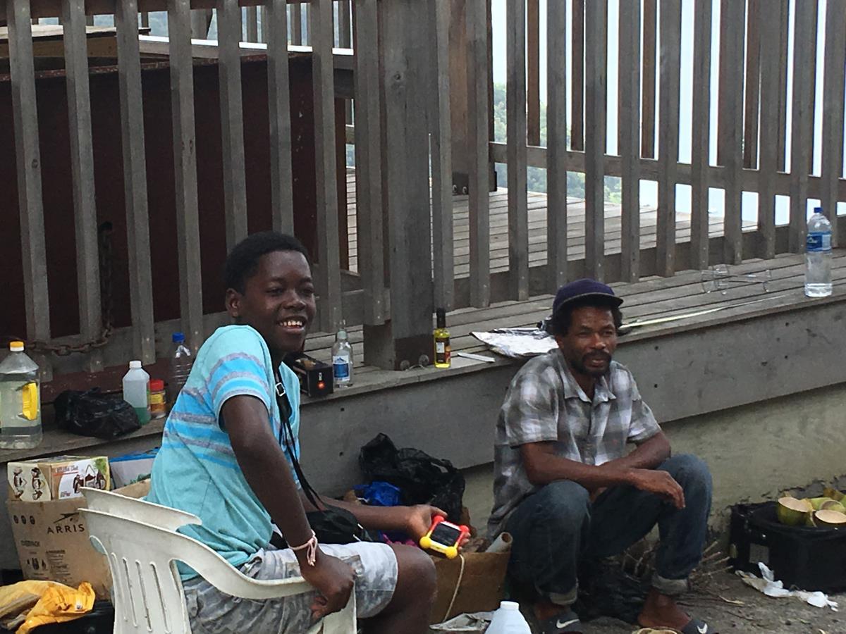 Försäljare vid vägkanten.
