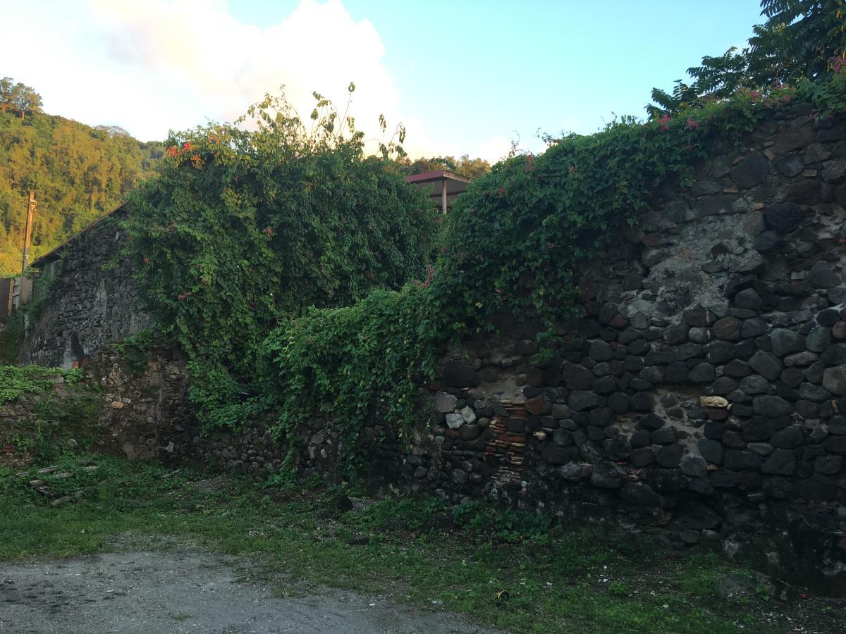 Ruinerna från den gamla staden finns överallt i olika form och skepnad.