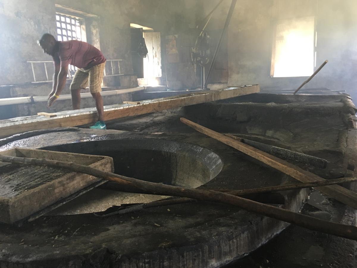Sockersaften processas och hettas upp i olika kar.