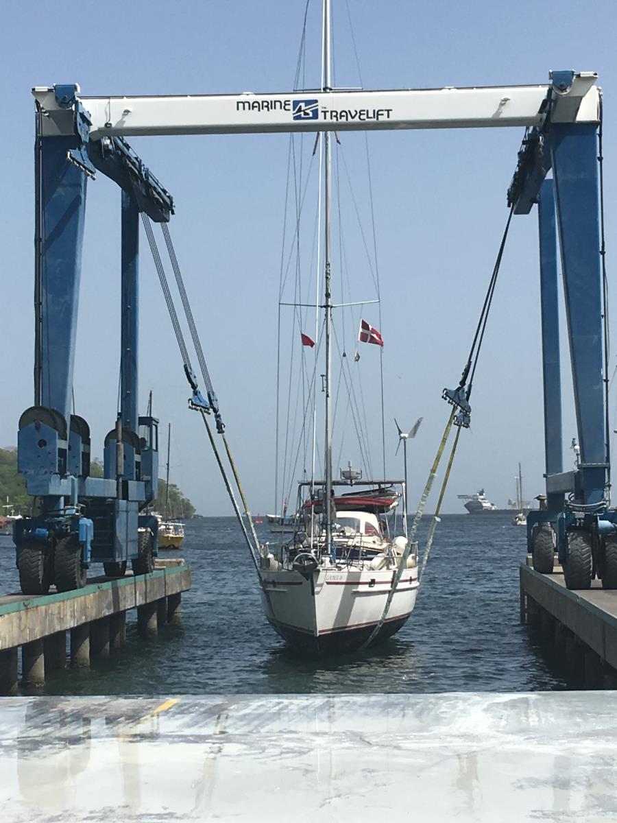 S/Y Looma IV på väg upp ur vattnet. Det är alltid lite nervöst.