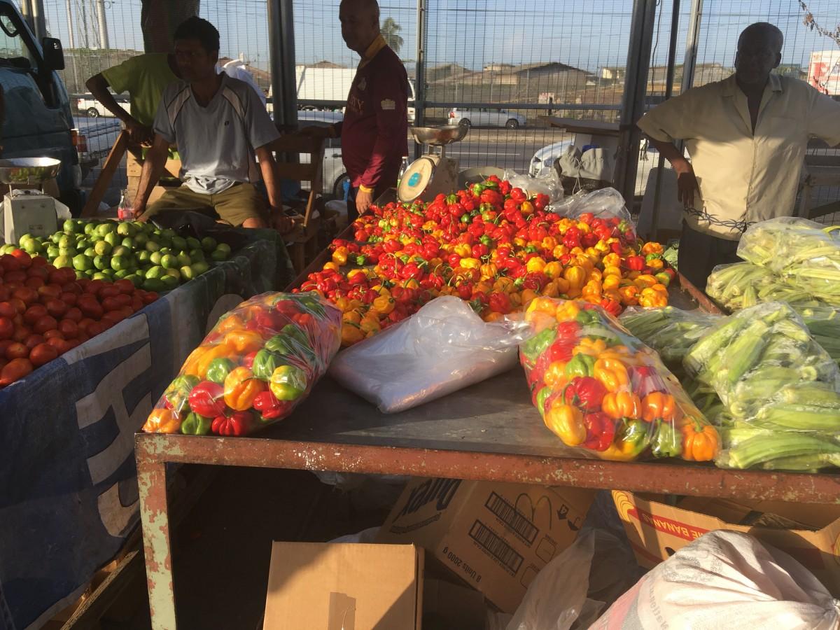 Färgprakt på frukt- och grönsaksmarknaden i Port of Spain.