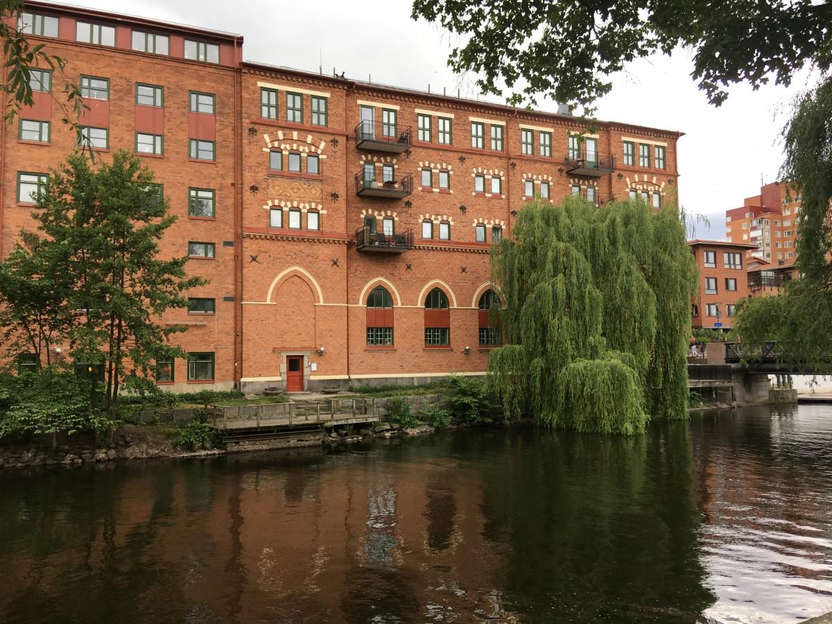 Nyrenoverade bostäder i gamla textilfabriker längs strömmen i Norrköping.