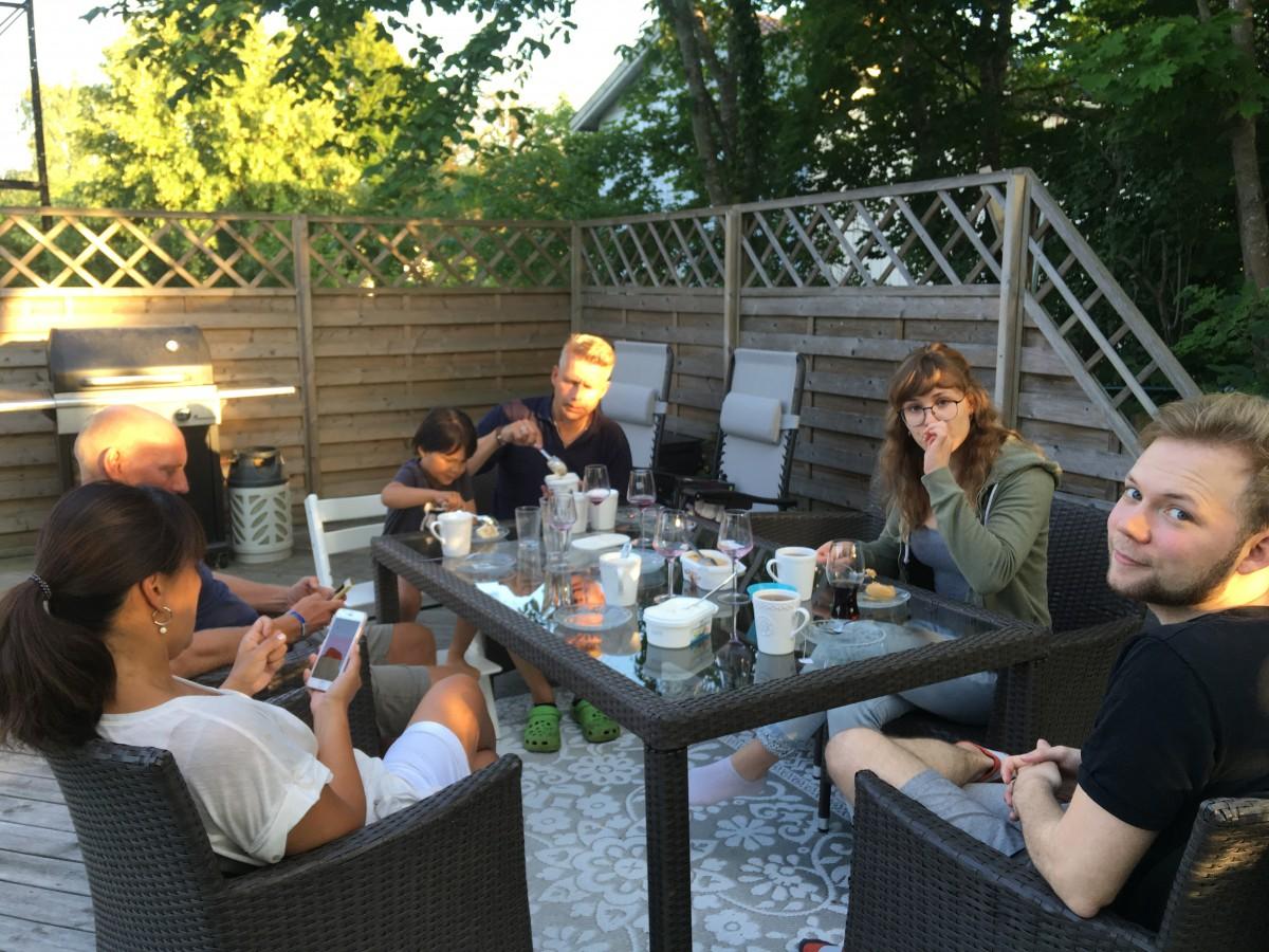 Familjemys och grillkväll i Lottas brors trädgård, innan grillförbudet.