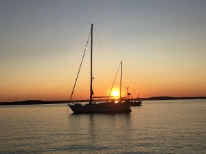 S/Y Looma IV på ankare i solnedgången.